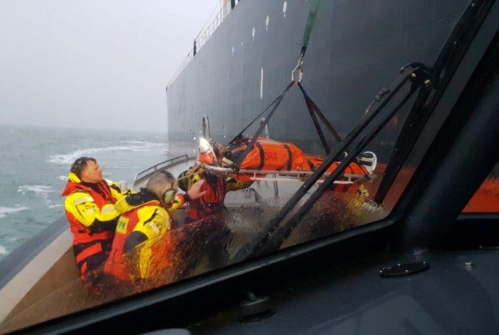 Reddingsactie medevac voor kust IJMuiden foto Dave Mol knrm nieuws