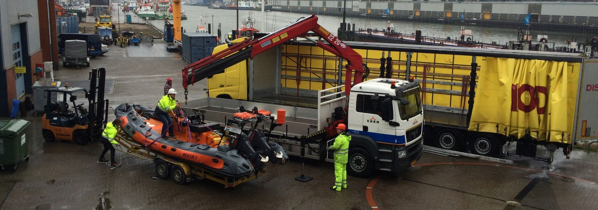 De reddingboot gaat op transport