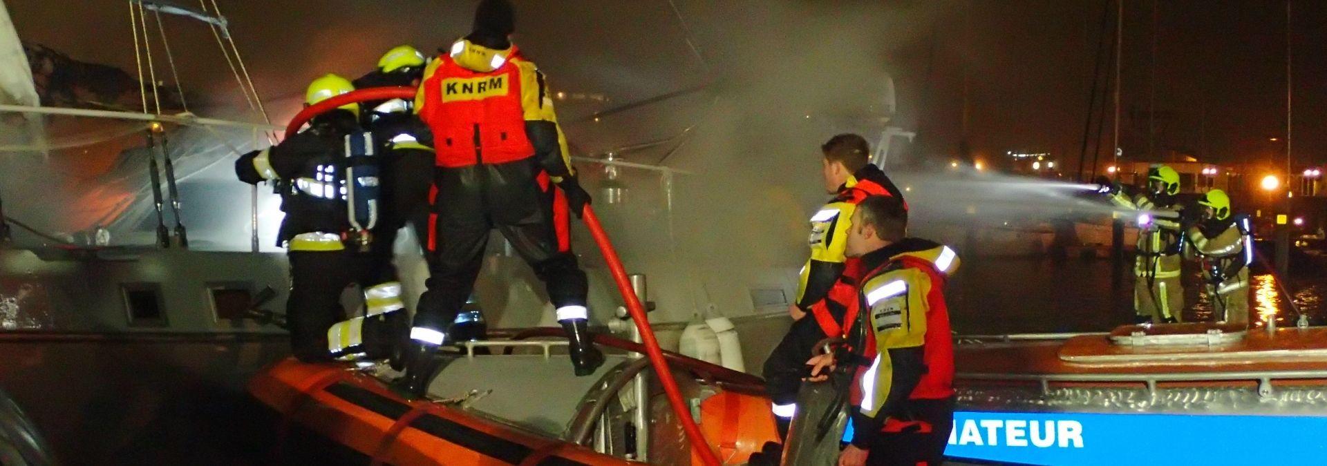KNRM brand aan boord-redding met brandweer