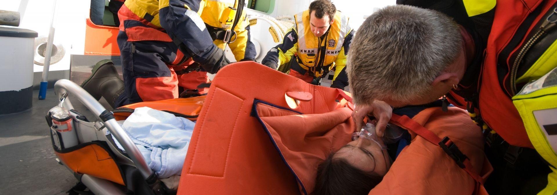 KNRM eerste hulp aan boord reddingboot | Foto Jan de Koning