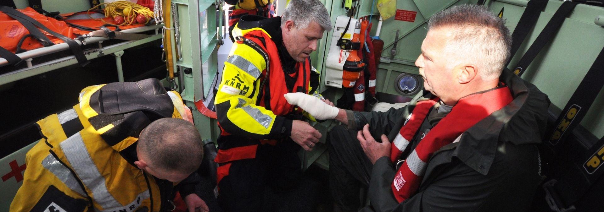 KNRM ehbo oefening op reddingboot | Foto: Mario Rentmeester