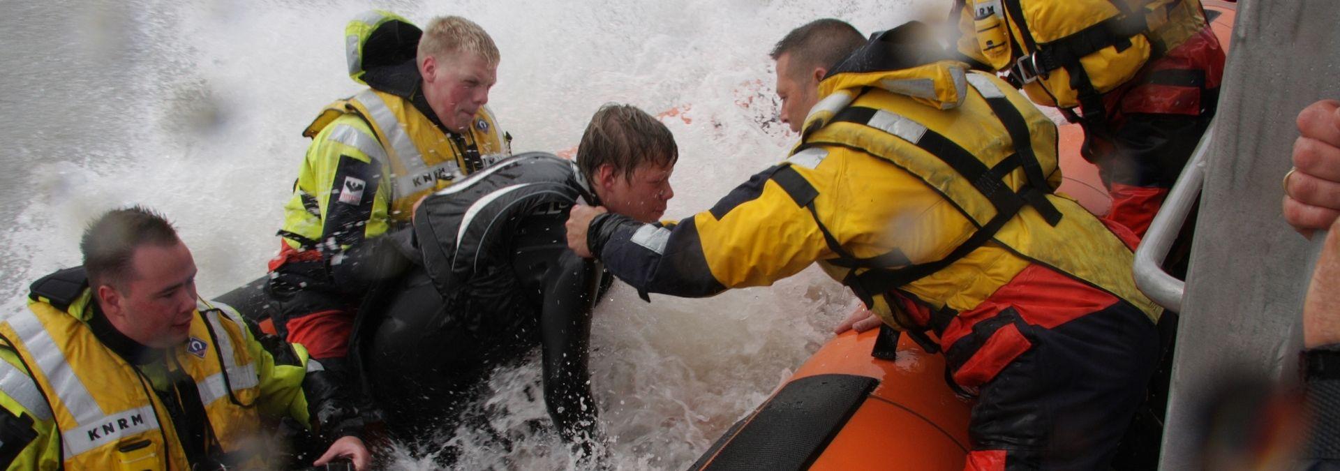 KNRM redding- Zeilers-surfers | Foto Arie van Dijk