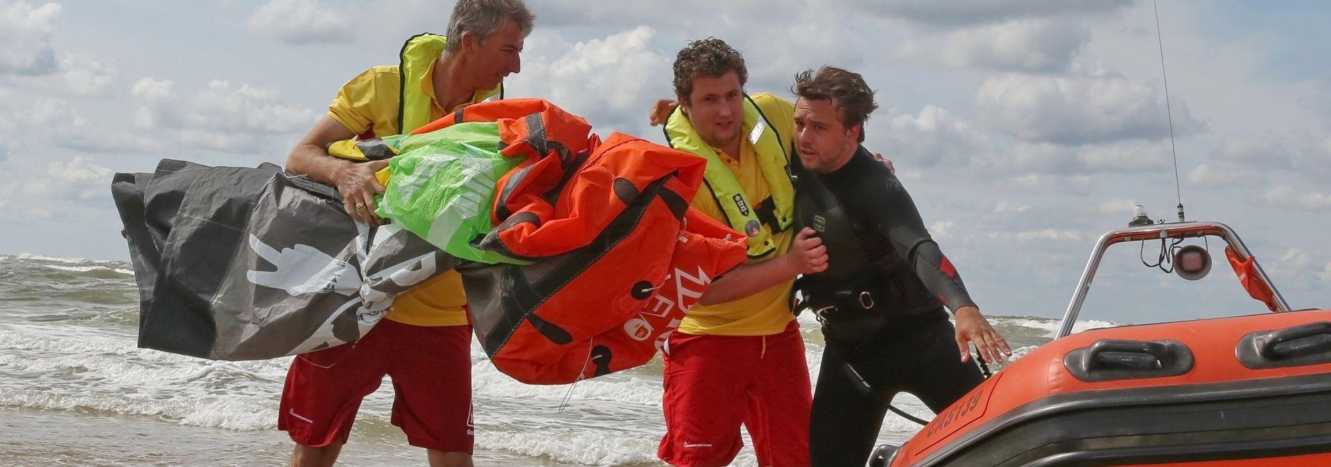 Reddingsbrigade hulpverlening kitesurfers: Foto Ko van Leeuwen