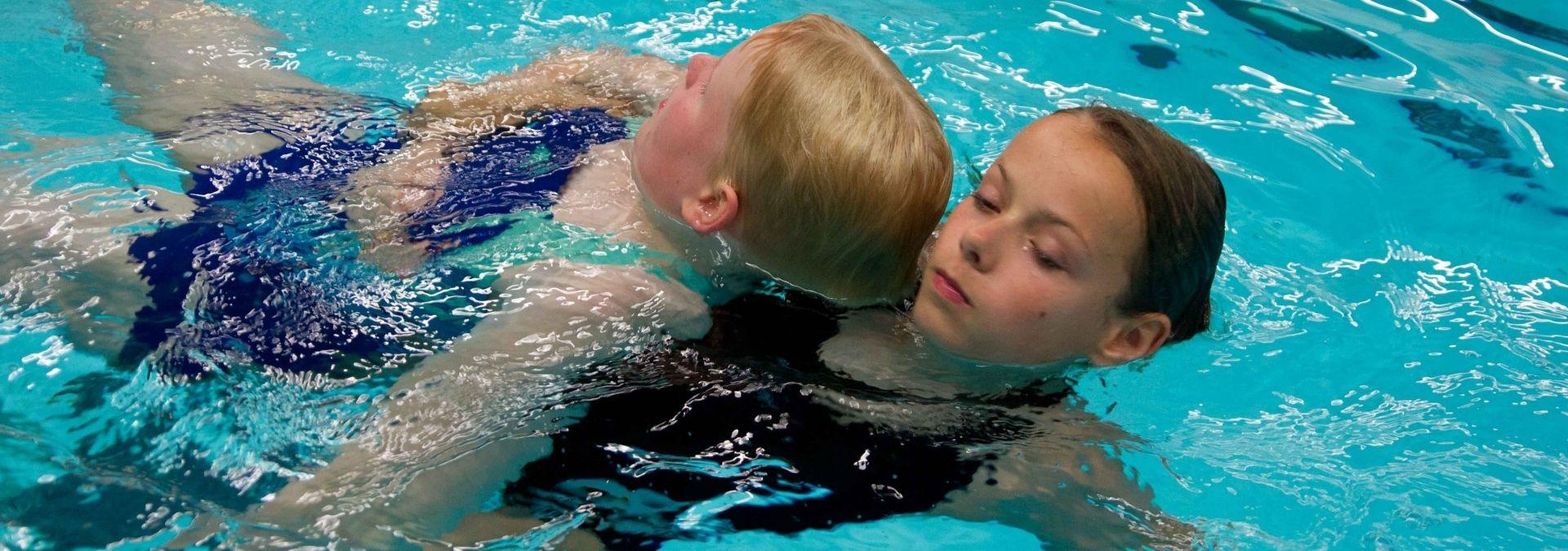 Reddingsbrigade zwemmend redden opleiding drenkeling slepen