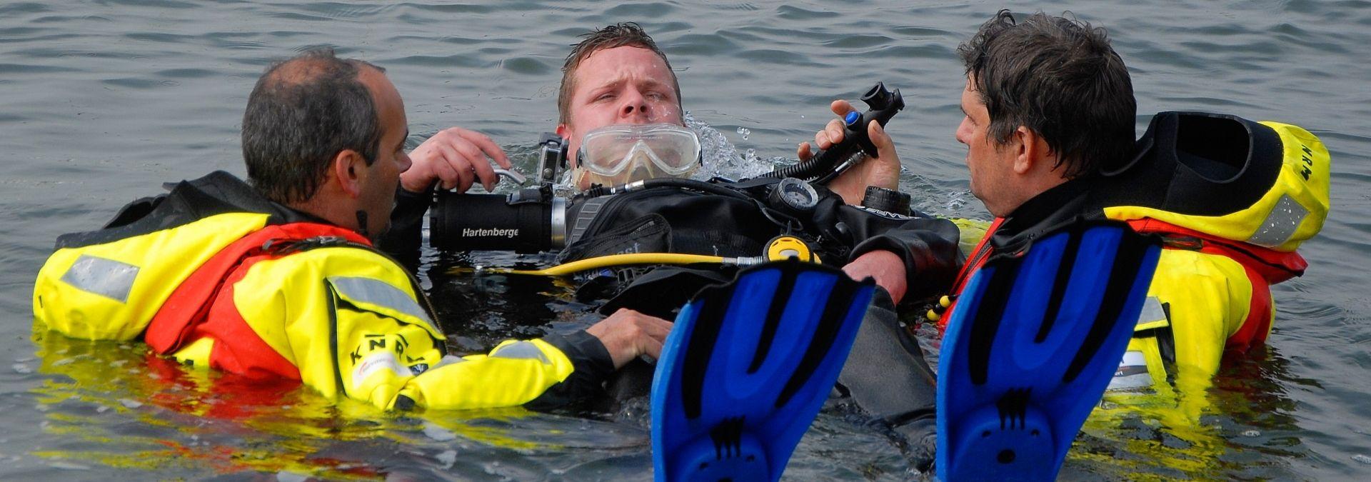 KNRM en duikers trainen reddingstechnieken op zee